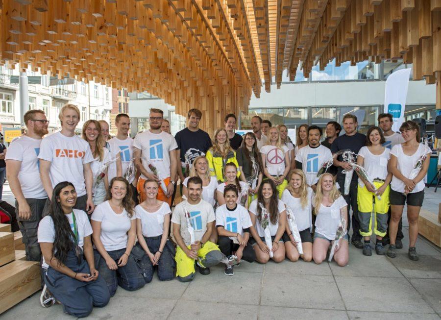 Blid ungdomsgruppe foran Moelven prosjekt på Majorstuen i Oslo