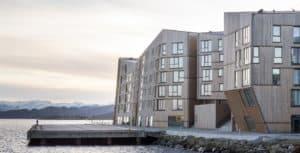 Vannkanten i Stavanger designet av Aart Arkitekter med hellende fasader og Miljøvennlig Moelven Termotre