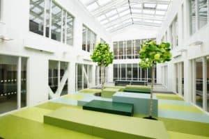 Kantine på Jessheim skole med Forbo-Flooring linoleumgulv i grønt og turkis