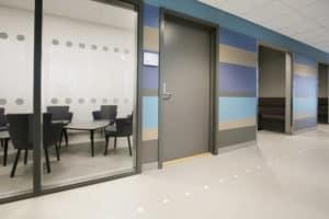 Møterom på Jessheim vgs med vegger i blåtoner og grått linoelumsgulv fra Forbo-Flooring