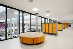 Jessheim vgs med gult interiør og Forbo-Flooring grått marmoleumgulv