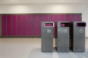 Garderobe på Jessheim vgs i magenta røde skap og grått linoleumsgulv fra Forbo-Flooring