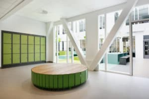 Garderobe på Jessheim vgs med grønne detaljer og grått linoleumsgulv fra Forbo-Flooring