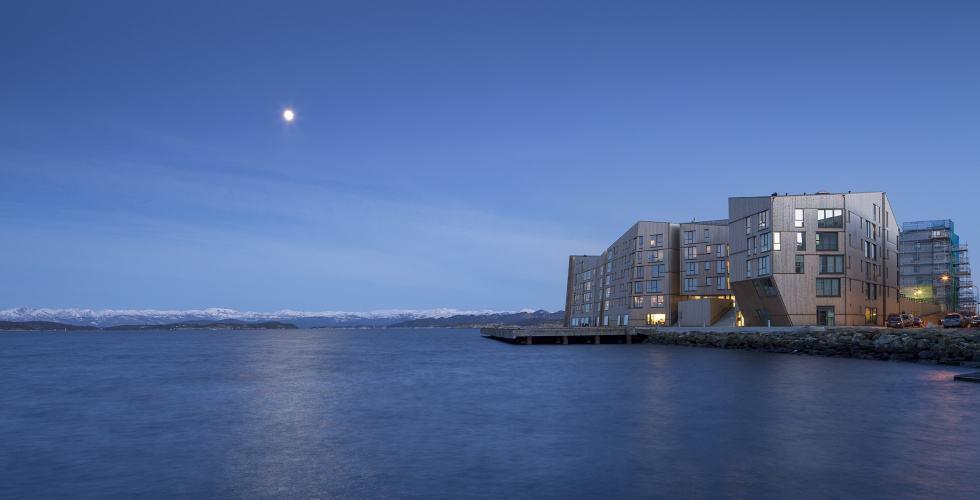 Vannkanten boligprosjekt i måneskinn i Stavanger med hellende fasader og Moelven Termotre. Designet av Aart og Kraftverk arkitekter. Foto Aart Arkitekter