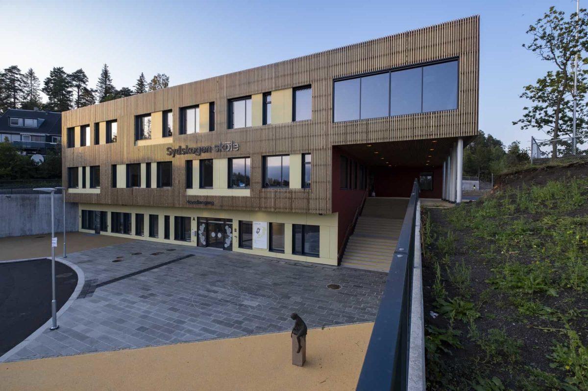 Kebony fasade på Sydskogen skole som er Svanemerket